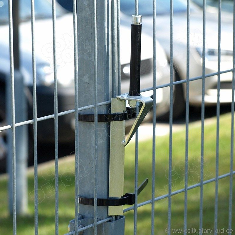 Flaggfot fästas i en staketstolpe