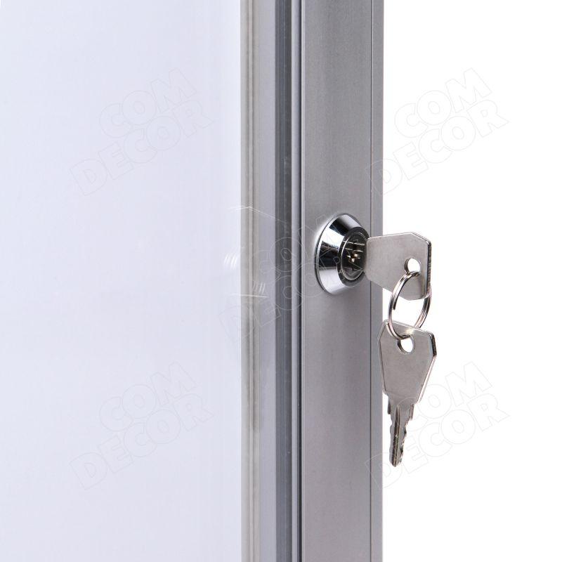 Skyltskåp / anslagstavla med läsbar dörr