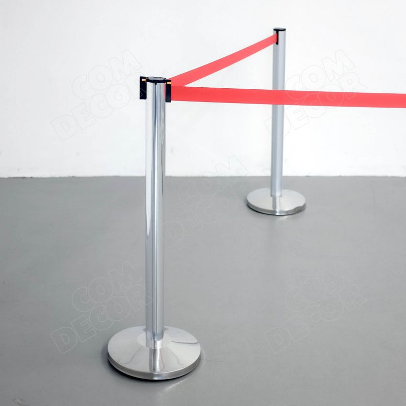Belt barrier with barrier poels